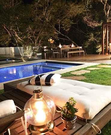 Para dar aconchego a esse espaço, a arquiteta Hosanna Rodrigues usou lamparina e futons (Hosanna Rodrigues Arquitetos & Associados/Divulgação)