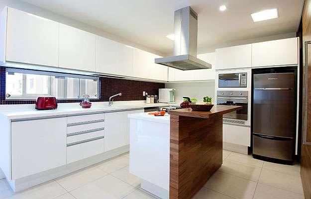 Cozinha projetada pela arquiteta Ana Paula Carneiro privilegia a peu00e7a ...