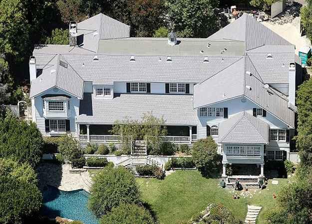Menor que o antigo imóvel do ator, a residência em Beverly Hills agora é o novo lar da família (Move Inc/Reprodução)