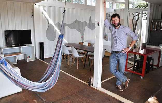 O engenheiro Alessio na casa contêiner: uma vitrine para mostrar a viabilidade da proposta como residência, que abriga até um espaço de lazer - Paula Rafiza/Esp. CB/D.A Press
