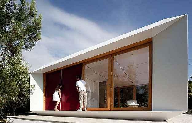 As casas vêm com painéis de madeira compensada que podem ser colocadas dentro e fora da construção para substituir qualquer janela por parede em segundos, criando mais privacidade, quando necessário, ou novos cômodos - José Campos/Divulgação
