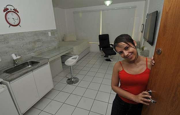 Há 10 anos, a neuropsicóloga Luciana Alves mora em um apartamento de 24 metros quadrados e diz não sentir falta de espaço (Juarez Rodrigues/EM/D.A Press)