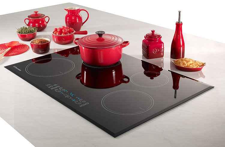 Além de esquentar somente as panelas, o cooktop de indução tem mesa de vidro fácil de limpar - Electrolux/Divulgação