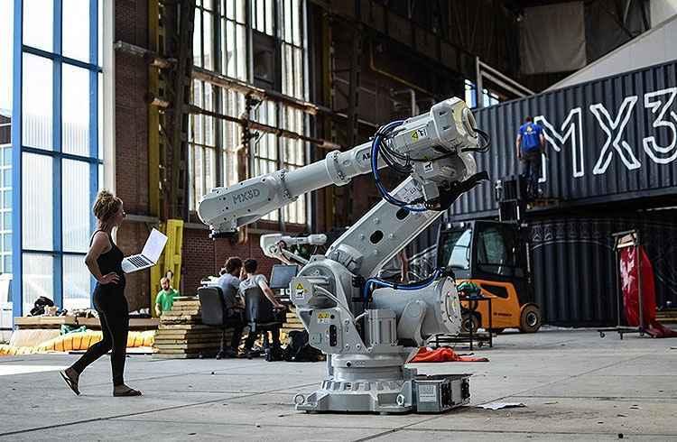 Um dos robôs da impressora - Adriaan de Groot/MX3D/Divulgação