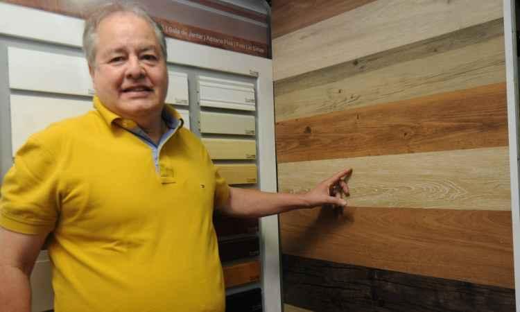 Luiz Noronha, da Centerpiso, explica que o piso de PVC tem conforto acústico é antialérgico e resistente à queima de cigarros e fósforos - Cristina Horta/EM/D.A Press