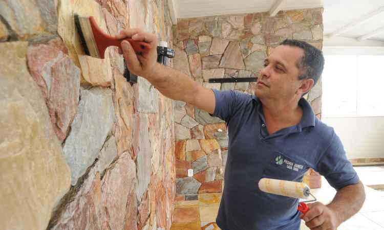 Trimestralmente, Ricardo Lessa, da Pedra Bonita, sugere uma limpeza mais profunda, mas no dia a dia indica pano simples e produto neutro - Jair Amaral/EM/D.A Press