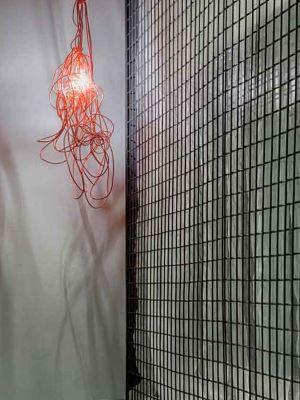 Luminária pendente de restos de fios vermelhos alia bom gosto e criatividade - Gustavo Xavier/Divulgação