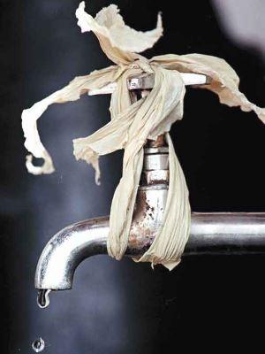 O gotejamento de uma torneira significa perda de 46 litros de água por dia e deve ser resolvido rapidamente - Beto Novaes/EM/D.A Press 27/3/01