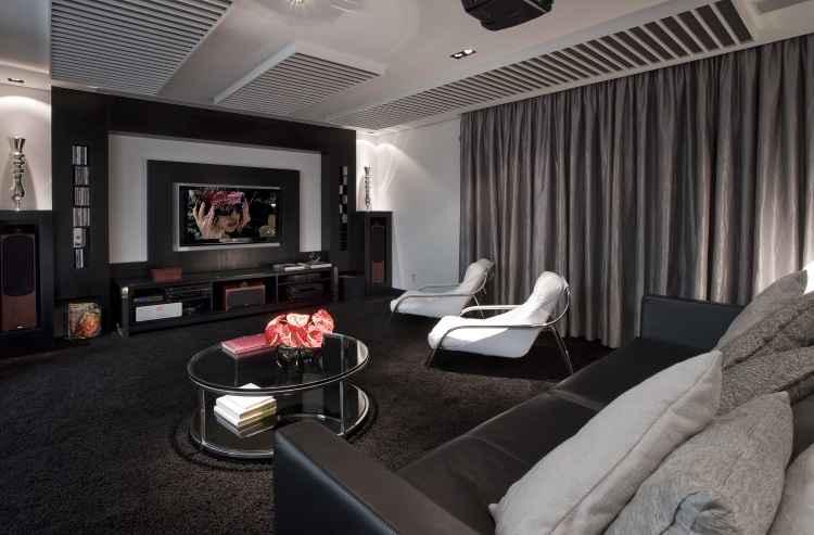 É possível fazer da sala de estar um cinema, mas é preciso atenção ao som e à escolha dos produtos. Na foto, projeto do arquiteto Evaldo Rios - Evaldo Rios/Divulgação