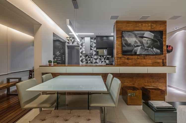 O revestimento que cria a parede com o grafismo nas cores preto, cinza e branco é o ponto alto do projeto - Daniel Mansur/Divulgação