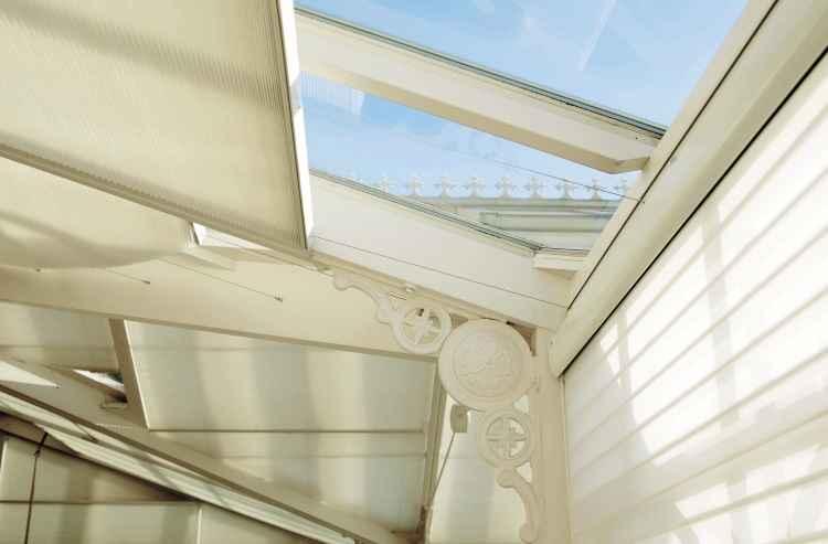 Proteção solar e térmica, a persiana pode ser acionada de forma manual ou mecânica e tem mecanismos deslizantes sobre trilhos que facilitam sua abertura e recolhimento - Rafael Carrieri/Divulgação