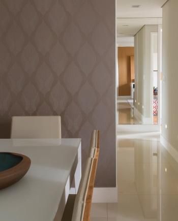 O corredor com iluminação balizadora é importante em projetos para esses clientes mais velhos - Evelyn Müller/Divulgação