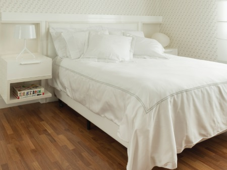 No quarto, é seguro se preocupar em não ter uma cama tão alta, para deixar mais fácil a ação de levantar-se e deitar-se - Inês Antich/Divulgação
