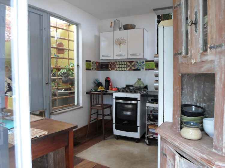 No Movimento madeira, nesta pequena cozinha foi usado um barrado de ladrilhos de papel desenhados pelo artista plástico Geraldo Martins - Bruno Bastos/Divulgação