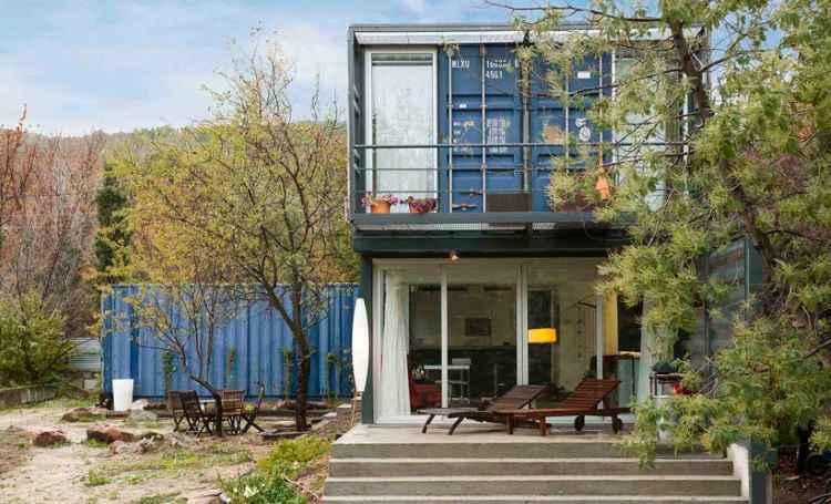 Casa contêiner na Espanha é quase toda feita com materiais reaproveitados