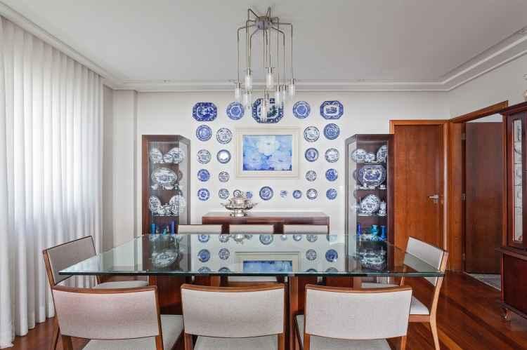 Neste projeto de Simone Rocha, o morador coleciona pratos e demais produtos de louça - Henrique Queiroga/Divulgação