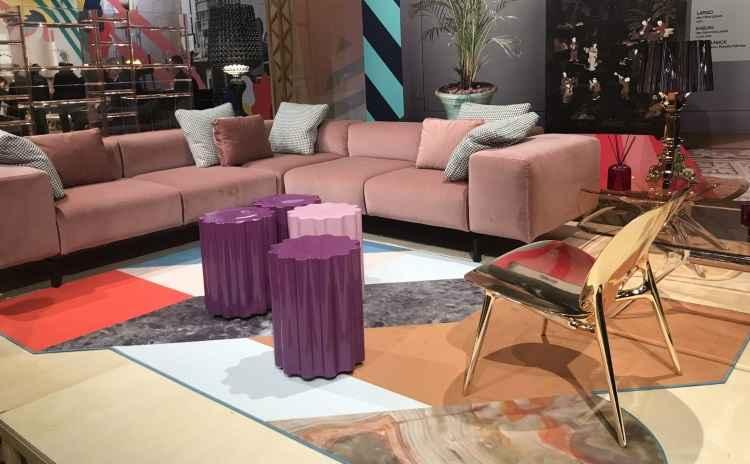 No estande kartell, destaque para o sofá em veludo rosa e cadeiras douradas - Kartell/Divulgação