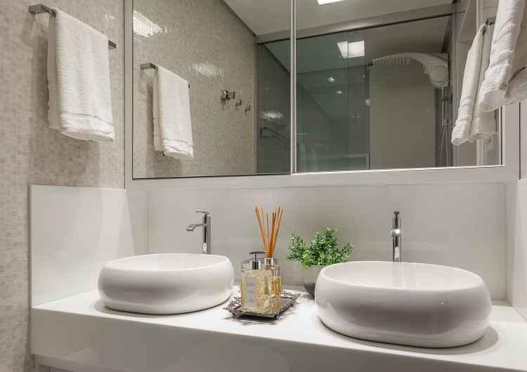 No banheiro assinado por Fabiana, o espaço dele e o espaço dela: sem estresse na hora de sair - Henrique Queiroga/Divulgação
