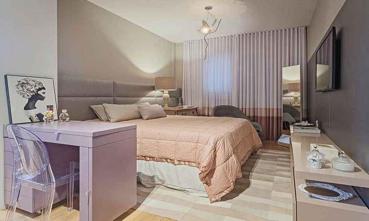 Cortina branca com barra rosa seco e nude é a nova tendência de decoração. Projeto de interiores da designer de ambientes Jacqueline Ortega - Henrique Queiroga/Divulgação