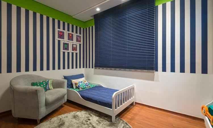 Persiana azul-escuro que compõe bem com a decoração do quarto, ressalta as listras. Projeto da designer de interiores Laura Santos - Daniel Mansur/Divulgação
