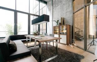 Uma outra tendência que pode ser observada, para espaços mais amplos, é o uso de mesas de jantar associadas ao sofá