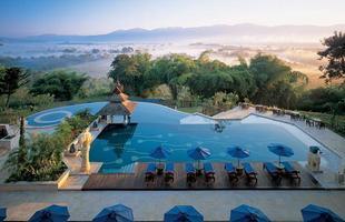 As piscinas valorizam o imóvel e, com a chegada do verão, são festejadas e celebradas por pessoas de todas as idades. Atualmente elas aparecem com borda infinita, design arrojado e revestimentos modernos e coloridos. Na foto, piscina do Anantara Resort & Spa, na Tailândia
