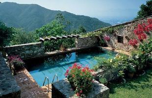 As piscinas valorizam o imóvel e, com a chegada do verão, são festejadas e celebradas por pessoas de todas as idades. Atualmente elas aparecem com borda infinita, design arrojado e revestimentos modernos e coloridos. Na foto, piscina em residência na Toscana