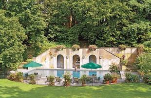 As piscinas valorizam o imóvel e, com a chegada do verão, são festejadas e celebradas por pessoas de todas as idades. Atualmente elas aparecem com borda infinita, design arrojado e revestimentos modernos e coloridos. Na foto, piscina de casa em Nova York