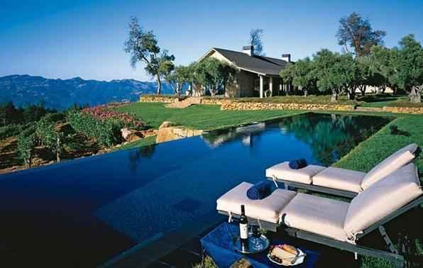 As piscinas valorizam o imóvel e, com a chegada do verão, são festejadas e celebradas por pessoas de todas as idades. Atualmente elas aparecem com borda infinita, design arrojado e revestimentos modernos e coloridos. Na foto, piscina de residência na Califórnia