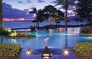 As piscinas valorizam o imóvel e, com a chegada do verão, são festejadas e celebradas por pessoas de todas as idades. Atualmente elas aparecem com borda infinita, design arrojado e revestimentos modernos e coloridos. Na foto, piscina do Shanti Ananda Maurice, um hotel e spa à beira-mar em Maurício, no Oceano Índico