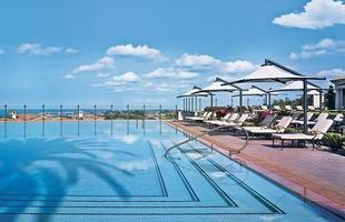 As piscinas valorizam o imóvel e, com a chegada do verão, são festejadas e celebradas por pessoas de todas as idades. Atualmente elas aparecem com borda infinita, design arrojado e revestimentos modernos e coloridos. Na foto, piscina do Pelican Hill, na Califórnia