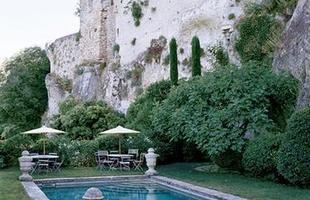 As piscinas valorizam o imóvel e, com a chegada do verão, são festejadas e celebradas por pessoas de todas as idades. Atualmente elas aparecem com borda infinita, design arrojado e revestimentos modernos e coloridos. Na foto, piscina de antigo palácio na França