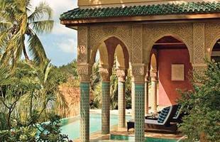 As piscinas valorizam o imóvel e, com a chegada do verão, são festejadas e celebradas por pessoas de todas as idades. Atualmente elas aparecem com borda infinita, design arrojado e revestimentos modernos e coloridos. Na foto, piscina em imóvel no Marrocos