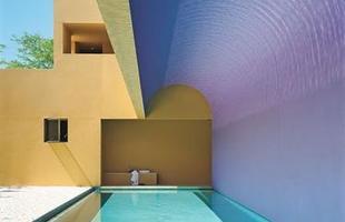 As piscinas valorizam o imóvel e, com a chegada do verão, são festejadas e celebradas por pessoas de todas as idades. Atualmente elas aparecem com borda infinita, design arrojado e revestimentos modernos e coloridos. Na foto, piscina de casa no Havaí