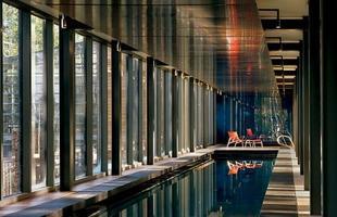 As piscinas valorizam o imóvel e, com a chegada do verão, são festejadas e celebradas por pessoas de todas as idades. Atualmente elas aparecem com borda infinita, design arrojado e revestimentos modernos e coloridos. Na foto, piscina de casa em Park City, Utah