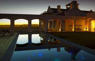 As piscinas valorizam o imóvel e, com a chegada do verão, são festejadas e celebradas por pessoas de todas as idades. Atualmente, elas aparecem com borda infinita, design arrojado e revestimentos modernos e coloridos. Na foto, piscina do hotel-boutique Vik José Ignácio, que fica no Uruguai