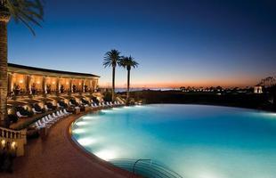 As piscinas valorizam o imóvel e, com a chegada do verão, são festejadas e celebradas por pessoas de todas as idades. Atualmente, elas aparecem com borda infinita, design arrojado e revestimentos modernos e coloridos. Na foto, piscina do resort Pelican Hill, em Newport Beach, Califórnia