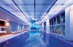 As piscinas valorizam o imóvel e, com a chegada do verão, são festejadas e celebradas por pessoas de todas as idades. Atualmente, elas aparecem com borda infinita, design arrojado e revestimentos modernos e coloridos. Na foto, piscina do Ritz-Carlton de Hong Kong, na China