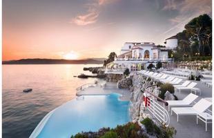 As piscinas valorizam o imóvel e, com a chegada do verão, são festejadas e celebradas por pessoas de todas as idades. Atualmente, elas aparecem com borda infinita, design arrojado e revestimentos modernos e coloridos. Na foto, piscina do Hôtel du Cape-Eden-Roc, no Cabo de Antibes, França