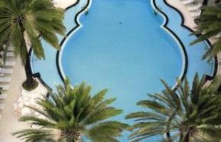 As piscinas valorizam o imóvel e, com a chegada do verão, são festejadas e celebradas por pessoas de todas as idades. Atualmente, elas aparecem com borda infinita, design arrojado e revestimentos modernos e coloridos. Na foto, The Raleigh Hotel, em Miami Beach, Flórida