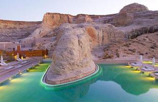 As piscinas valorizam o imóvel e, com a chegada do verão, são festejadas e celebradas por pessoas de todas as idades. Atualmente, elas aparecem com borda infinita, design arrojado e revestimentos modernos e coloridos. Na foto, resort Amangiri, localizado num vale entre os estados de Utah, Colorado e Novo México, nos EUA