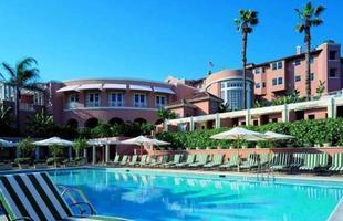 As piscinas valorizam o imóvel e, com a chegada do verão, são festejadas e celebradas por pessoas de todas as idades. Atualmente, elas aparecem com borda infinita, design arrojado e revestimentos modernos e coloridos. Na foto, The Beverly Hill Hotel