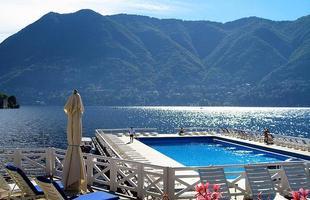 As piscinas valorizam o imóvel e, com a chegada do verão, são festejadas e celebradas por pessoas de todas as idades. Atualmente, elas aparecem com borda infinita, design arrojado e revestimentos modernos e coloridos. Na foto, hotel Villa Deste, no Lago Como, na Itália