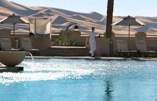 As piscinas valorizam o imóvel e, com a chegada do verão, são festejadas e celebradas por pessoas de todas as idades. Atualmente, elas aparecem com borda infinita, design arrojado e revestimentos modernos e coloridos. Na foto, resort Qsar Al Sarab, em Abu Dhabi, nos Emirados Árabes Unidos