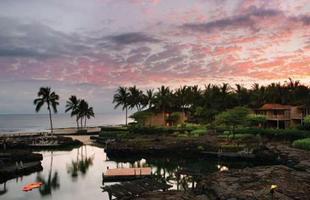 As piscinas valorizam o imóvel e, com a chegada do verão, são festejadas e celebradas por pessoas de todas as idades. Atualmente, elas aparecem com borda infinita, design arrojado e revestimentos modernos e coloridos. Na foto, piscina no Four Seasons que fica em Kailua-Kona, no Havaí