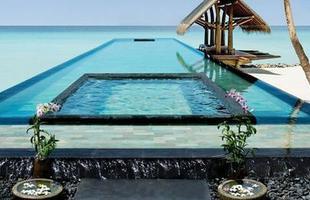 As piscinas valorizam o imóvel e, com a chegada do verão, são festejadas e celebradas por pessoas de todas as idades. Atualmente, elas aparecem com borda infinita, design arrojado e revestimentos modernos e coloridos. Na foto, piscina do hotel One&Only Reethi Rah, nas Maldivas