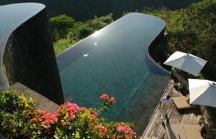 As piscinas valorizam o imóvel e, com a chegada do verão, são festejadas e celebradas por pessoas de todas as idades. Atualmente, elas aparecem com borda infinita, design arrojado e revestimentos modernos e coloridos. Na foto, piscina do hotel Ubud Hanging Gardens, em Bali, na Indonésia