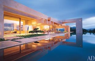 As piscinas valorizam o imóvel e, com a chegada do verão, são festejadas e celebradas por pessoas de todas as idades. Atualmente, elas aparecem com borda infinita, design arrojado e revestimentos modernos e coloridos. Na foto, piscina de casa no Rancho Santa Fé, na Califórnia