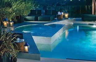 As piscinas valorizam o imóvel e, com a chegada do verão, são festejadas e celebradas por pessoas de todas as idades. Atualmente, elas aparecem com borda infinita, design arrojado e revestimentos modernos e coloridos. Na foto, residência em Los Angeles