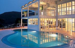 As piscinas valorizam o imóvel e, com a chegada do verão, são festejadas e celebradas por pessoas de todas as idades. Atualmente, elas aparecem com borda infinita, design arrojado e revestimentos modernos e coloridos. Na foto, piscina no Rio de Janeiro